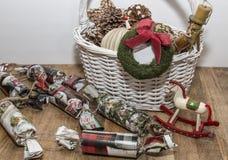 Ornamentos de la Navidad en la cesta imágenes de archivo libres de regalías