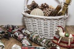 Ornamentos de la Navidad en la cesta fotografía de archivo