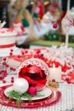 Ornamentos de la Navidad en la tabla adornada del día de fiesta Imagen de archivo libre de regalías