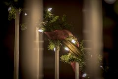 Ornamentos de la Navidad en las luces brillantes y felices de la noche con la cinta y el brillo Foto de archivo libre de regalías