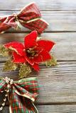 Ornamentos de la Navidad en los tableros de madera Imagen de archivo libre de regalías