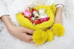 Ornamentos de la Navidad en manos femeninas hermosas Fotos de archivo libres de regalías