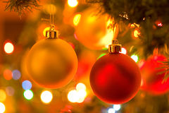 Ornamentos de la Navidad en árbol de navidad Fotografía de archivo