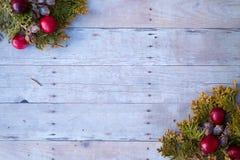 Ornamentos de la Navidad en un fondo de madera Fotos de archivo libres de regalías