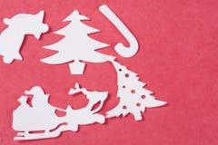 Ornamentos de la Navidad en un fondo rojo Foto de archivo