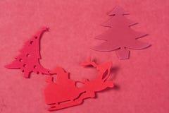 Ornamentos de la Navidad en un fondo rojo Imagenes de archivo