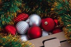 Ornamentos de la Navidad en una caja Fotografía de archivo libre de regalías