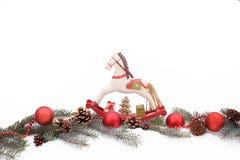 Ornamentos de la Navidad en una nieve Imágenes de archivo libres de regalías