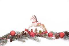 Ornamentos de la Navidad en una nieve Fotografía de archivo
