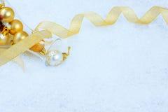 Ornamentos de la Navidad en una nieve Foto de archivo libre de regalías