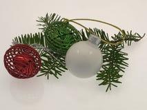 Ornamentos de la Navidad en una puntilla del verde, aislada en blanco fotos de archivo