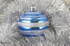 Ornamentos de la Navidad, esfera azul Foto de archivo libre de regalías