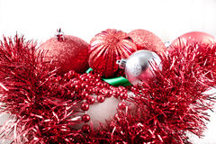 Ornamentos de la Navidad, guirnalda, y cinta verde Foto de archivo