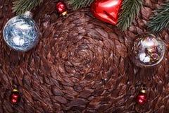 Ornamentos de la Navidad y árbol de Navidad en fondo oscuro del día de fiesta Tema de Navidad y Feliz Año Nuevo Fotos de archivo