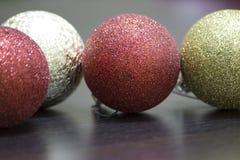 Ornamentos de los globos y de la Navidad Fotos de archivo