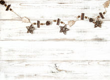 Ornamentos de madera del vintage de los conos del pino de las estrellas de las decoraciones de la Navidad Foto de archivo libre de regalías