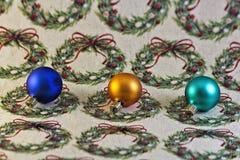 Ornamentos de Navidad en el papel de embalaje Fotografía de archivo libre de regalías