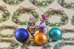 Ornamentos de Navidad en el papel de embalaje Fotografía de archivo