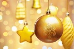Ornamentos de oro de la Navidad Imágenes de archivo libres de regalías