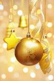 Ornamentos de oro de la Navidad Imagenes de archivo