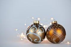 Ornamentos de oro de la Navidad Imagen de archivo libre de regalías