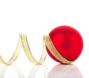 Ornamentos de oro y rojos de la Navidad en el fondo blanco con el espacio para el texto Imagen de archivo libre de regalías