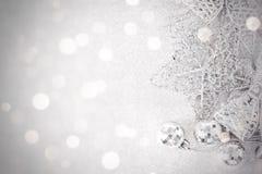 Ornamentos de plata brillantes en bokeh abstracto brillante del fondo, la visión superior o la endecha plana con el espacio de la Foto de archivo libre de regalías