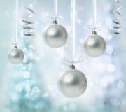 Ornamentos de plata colgantes de la Navidad Imágenes de archivo libres de regalías