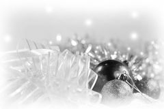 Ornamentos de plata de Navidad en fondo brillante del día de fiesta con el espacio para el texto ¡Feliz Navidad! Año Nuevo de Hap Fotografía de archivo libre de regalías
