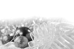 Ornamentos de plata de Navidad en fondo brillante del día de fiesta con el espacio para el texto ¡Feliz Navidad! Año Nuevo de Hap Imagen de archivo