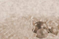 Ornamentos de plata de Navidad en fondo brillante del día de fiesta con el espacio para el texto ¡Feliz Navidad! Año Nuevo de Hap Fotos de archivo libres de regalías