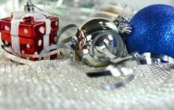 Ornamentos de plata de Navidad en fondo brillante del día de fiesta con el espacio para el texto ¡Feliz Navidad! Año Nuevo de Hap Imagenes de archivo