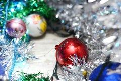 Ornamentos de plata de Navidad en fondo brillante del día de fiesta con el espacio para el texto ¡Feliz Navidad! Año Nuevo de Hap Imagen de archivo libre de regalías