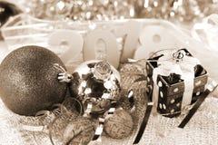 Ornamentos de plata de Navidad en fondo brillante del día de fiesta con el espacio para el texto ¡Feliz Navidad! Año Nuevo de Hap Fotografía de archivo