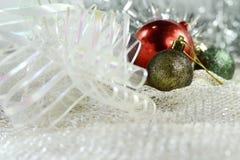 Ornamentos de plata de Navidad en fondo brillante del día de fiesta con el espacio para el texto ¡Feliz Navidad! Año Nuevo de Hap Imágenes de archivo libres de regalías