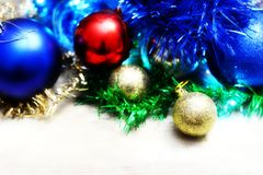 Ornamentos de plata de Navidad en fondo brillante del día de fiesta con el espacio para el texto ¡Feliz Navidad! Año Nuevo de Hap Fotos de archivo