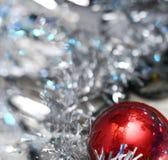 Ornamentos de plata de Navidad en fondo brillante del día de fiesta con el espacio para el texto ¡Feliz Navidad! Año Nuevo de Hap Foto de archivo libre de regalías
