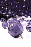 Ornamentos decorativos púrpuras de la Navidad Imágenes de archivo libres de regalías