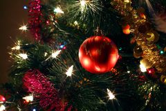 Ornamentos del árbol de navidad, bola roja, oropel Imagen de archivo