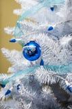 Ornamentos del árbol de navidad con las luces azules Fotografía de archivo libre de regalías