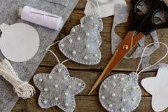 Ornamentos del árbol de navidad El gris de la Navidad sentía el árbol de abeto, la bola y los ornamentos de la estrella adornados Foto de archivo