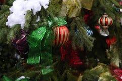 Ornamentos del árbol de navidad en árbol al aire libre Foto de archivo libre de regalías