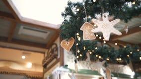 Ornamentos del árbol de navidad, estrella, casa, corazón Fondo del Año Nuevo y de la Navidad almacen de metraje de vídeo