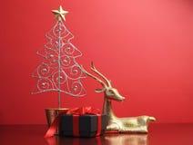 Ornamentos del árbol de navidad y del reno del brillo de la plata y del oro - con el espacio de la copia. Imagen de archivo