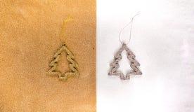 ornamentos del Año Nuevo, oro y árbol de plata en un oro y una opinión superior chispeante blanca del fondo, completamente endech Fotos de archivo libres de regalías