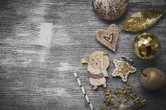 Ornamentos del día de fiesta en fondo de madera gris Fotografía de archivo libre de regalías