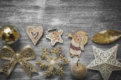 Ornamentos del día de fiesta en fondo de madera gris Imagen de archivo