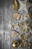 Ornamentos del día de fiesta en fondo de madera gris Imagenes de archivo