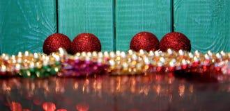 Ornamentos del fondo de la Navidad, rojos y de oro de Navidad Imágenes de archivo libres de regalías