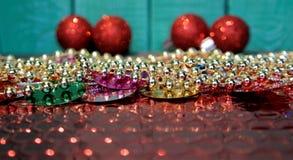 Ornamentos del fondo de la Navidad, rojos y de oro de Navidad, Fotografía de archivo